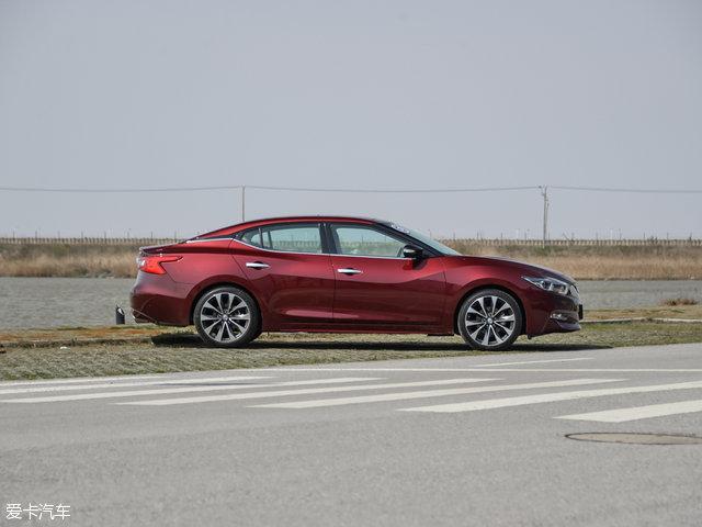 新车的车尾也通过精致的尾灯造型和镀铬装饰极力的渲染运动气息,排气采用双边共两出的布局。全新西玛车身长宽高分别为4903mm/1860mm/1436mm,轴距为2775mm。