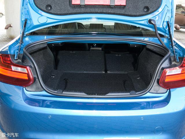 宝马M2:行李厢内部轮拱的侵占以及较小的行李厢开口宽度,对于存放较大的行李物品来说是一个不小的挑战。