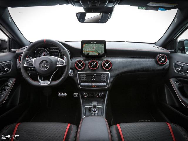 奔驰A45 AMG:与其外观设计一致,运动的风格是其内饰设计的主旋律,大量红色缝线设计、被红色点缀的空调出风口以及性能车惯用的碳纤维饰板,无不刺激着你的肾上腺素。