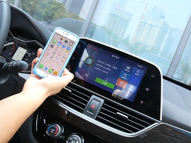 8英寸触控电容液晶屏的配备,成功打造出极富科技感的内饰氛围。而在实际操作体验当中,触控的灵敏度有着较高水平的表现,使用感受还是比较出色的。此外,车尾倒车影像摄像头所贡献的倒车影像功能,画面同样集成在这块8英寸液晶屏幕上。