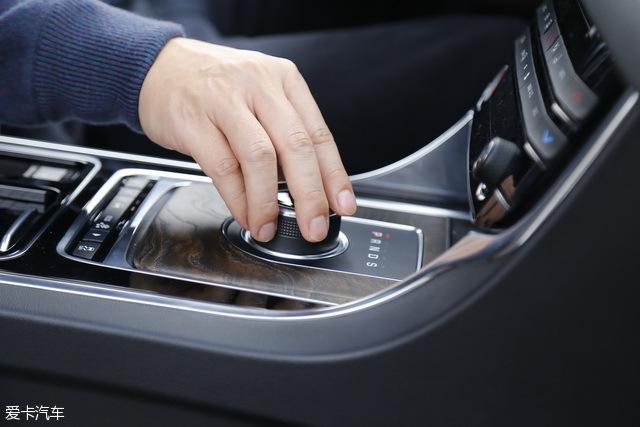 区别于传统的挡把,捷豹/路虎标志性的旋钮换挡也是XF L的亮点之一,车辆启动之后,旋钮自动升起的设计让整车的档次感又得到了进一步提升。
