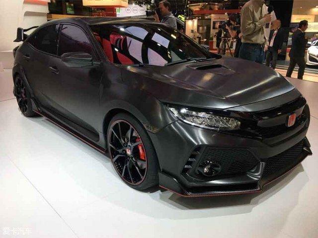 全新思域TYPE R Prototype(原型车)正式发布。新车基于全新思域两厢版打造而来,预计其量产版车型将于2017年在海外市场发售。   看了以下要点,本文算读完一半:   1.本次车展发布的为全新思域TYPE R原型车,其量产版预计将于明年在海外发售   2.外观更具侵略性,更多的运动套件被应用其中   3.