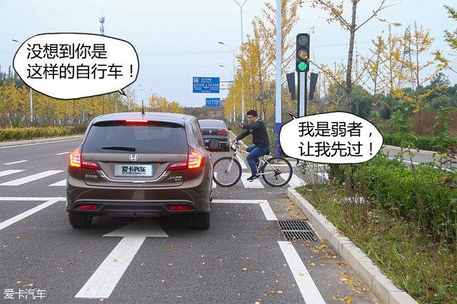 突然出现的机动车并没有吓退小杨,他习惯性地伸出手准备拦车.-作高清图片