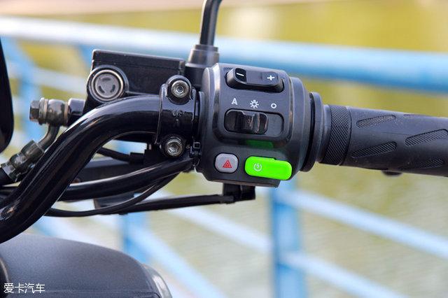 右侧车把按键上,重新设计的限速档位调节和自动大灯按钮,下方绿色启动